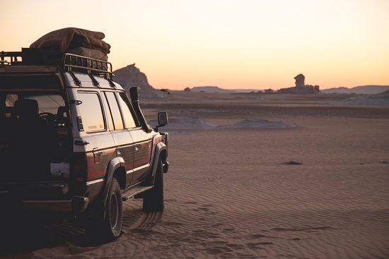 Bawiti, Egipto: The jeep that Khaled took us around in at sunset in the White Desert.