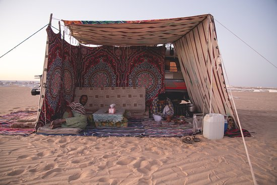 Bawiti, Egipto: A very comfortable shelter that Khaled and Mahmoud set up for us. They were only inside to cook