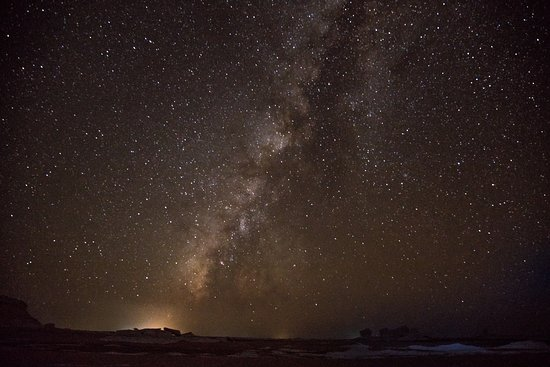 Bawiti, Egipto: A long exposure of the milky way in the middle of the night. So peaceful.