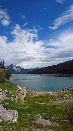 Medicine Lake: 天気今いちでした。湖畔までおりました。