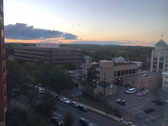 Residence Inn Arlington Courthouse: Sunset view overlooking Arlington