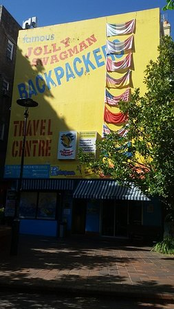 Jolly Swagman Backpackers: Exterior, good location.