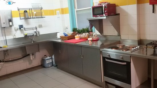 Jolly Swagman Backpackers: Kitchen, closed and cleaned daily from 9 AM to 10 AM (after breakfast).