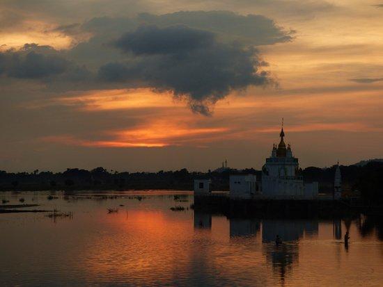 Amarapura, Μιανμάρ: Sonnenuntergang mit Wolken von der U-Bein Brücke aus