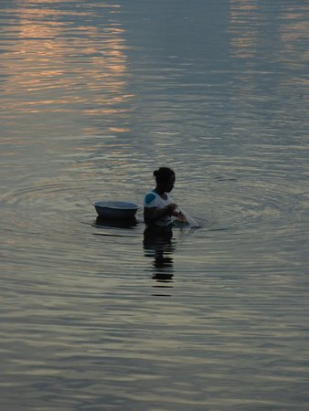 Amarapura, Μιανμάρ: Eine Fischerin im See