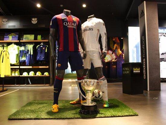 f7e1cfaaa5061 Futbolmania  El Clásico de La LIga siempre está presente en la tienda  FCB  vs