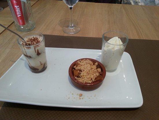 Vierzon, Frankrijk: café gourmand : tiramisu Nutella Speculos, cruble pommes poires et mouse menthe citron