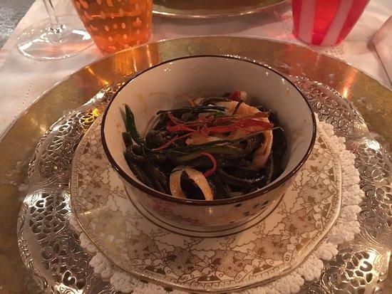La Fontanina : Tagliolini al nero di seppia, aio, oio e peperoncino, stelle filanti di calamari, zucchine crocc