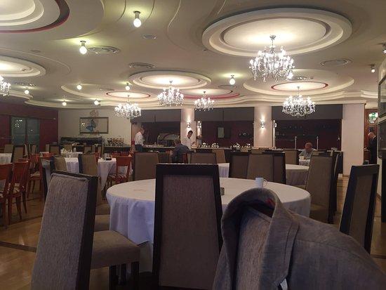 Hilton Sibiu: Speisesaal mit schöner Decke
