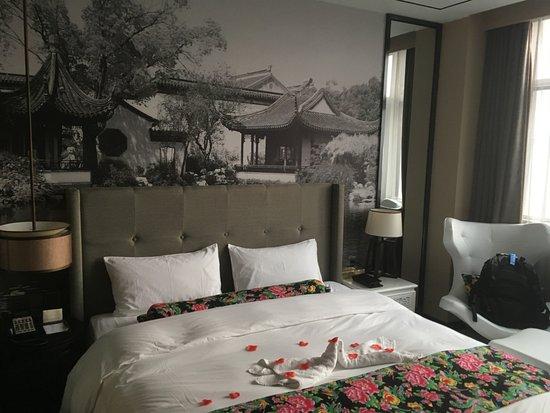 Rebecca Hotel: chambre standard et pétale de fleurs pour l'acceuil