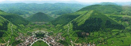 Visoko, Bosnie-Herzégovine: Vue panoramique de la vallée et des pyramides