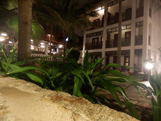 Novela Muine Resort & Spa: вечером с пляжа.