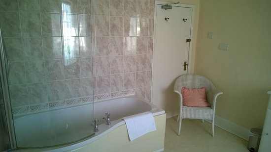 The Gaskell Arms Hotel: Bathroom room 7