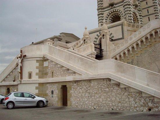 Basilique Notre-Dame de la Garde : grand escalier
