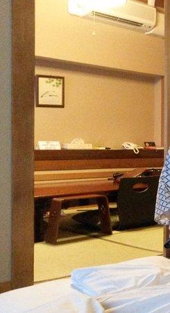 Hotel Edoya: Detalle de la mesa comedor, con su teléfono y aire acondicionado.