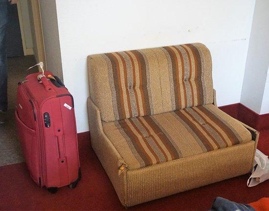 Hotel Lons: En nedslitt sofa