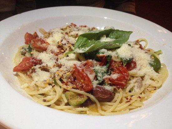 Il Cortile: Spaghettini alla Puttanesca, con olive, acciughe, capperi, pomodorini, rucola, aglio e olio