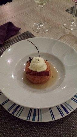 Marmande, Fransa: Baba au rhum vanillé et son baton de cannelle