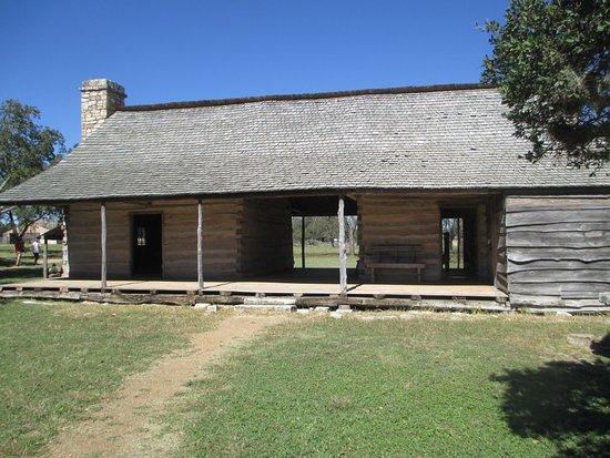 "Johnson City, تكساس: ""Dog Trot"" style house."