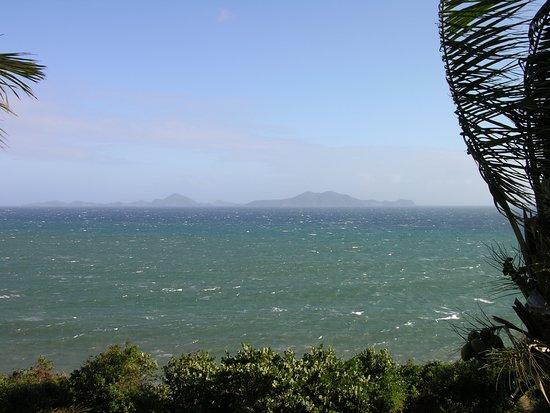 Basse-Terre, Гваделупа: Vue sur les Saintes depuis Pointe à l'Aunay, Vieux Fort, avant que les cocotiers soient coupés.