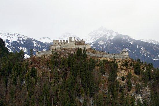 Reutte, النمسا: Château de Ehrenberg vue du fort Claudia