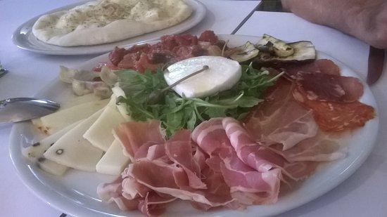 Robion, Francia: plat très copieux de charcuterie
