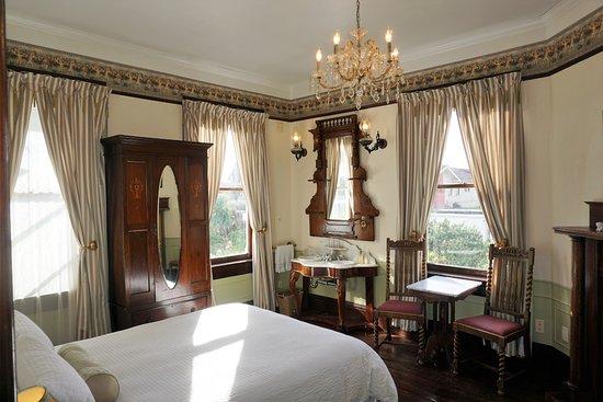 Weller House Inn: IRIS room