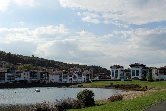 Urrugne, Francia: à droite la résidence et son accès sur les rives de l'Untxin