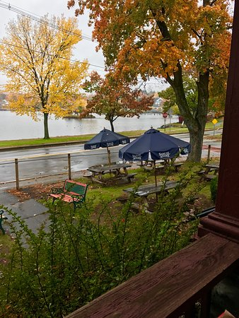 Lakeside Deli & Grille: Visited October 2016. The bruschetta and Reuben sandwiches were delicious. Scenic from porch tab