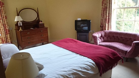 Nairn, UK: Our large but dated room. Needs some TLC in the way of refurbishment.