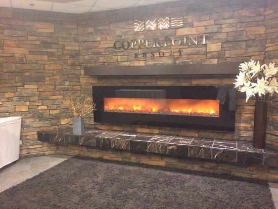 Invermere, Canadá: Fireplace dans la section spa. Il y en a d identique ailleurs dans l'hotel.