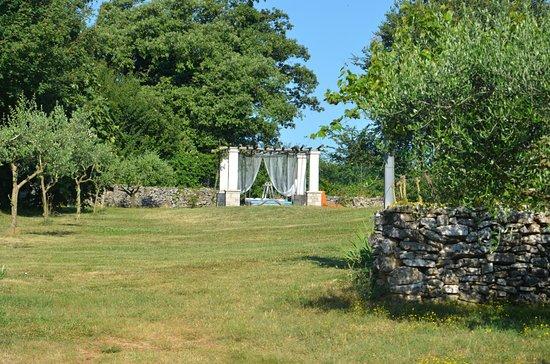 Zminj, Croacia: genialer Garten mit wunderschönen Liegemöglichkeiten