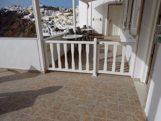 Hotel Mylos : Shared terrace for 2 other rooms adjoins your private balcony....so not that private.