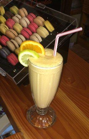 Raíces café: Smmothie naranja chirimoya y miel con leche