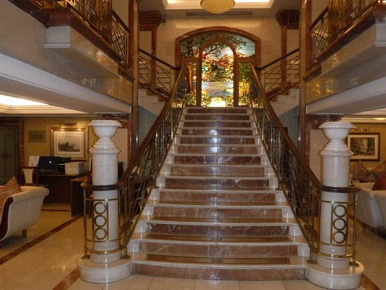 Killarney Plaza Hotel and Spa: Stairs heading up from the lobby.