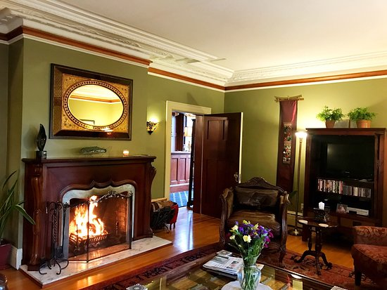 Abbeymoore Manor Bed and Breakfast Inn: Hospitable comfort and cuisine