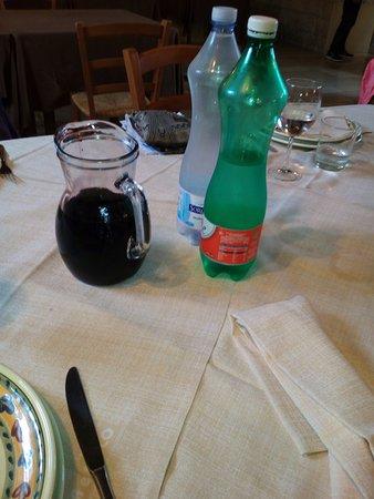 Gioia del Colle, Italy: Acque servite e vino proprio