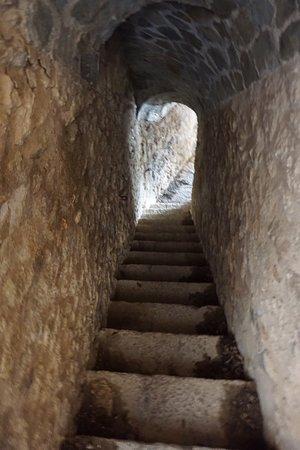 Requesens Castle: Una de las muchas escaleras
