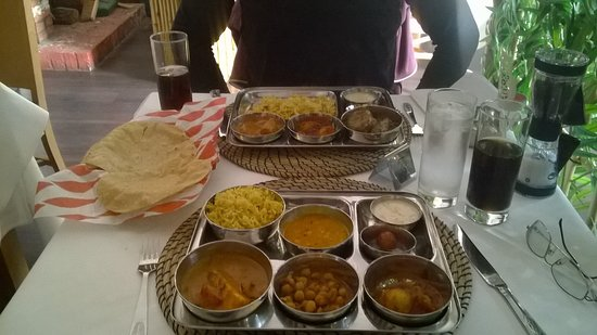 Hythe, UK: Lunch Thali veggie and meat mains and dessert