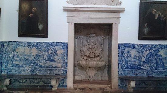 Redondo, Portugal: Fontaine dans un hall