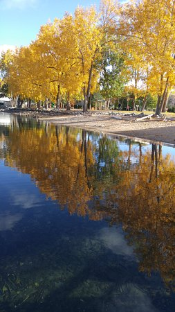 Wapato Point Resort: Full fall colors reflected in the lake waters