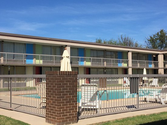 Mountain Home, AR: Our pool is open all year round...even for you Polar Bear types!