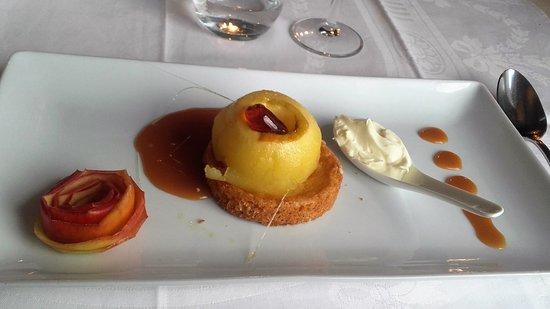 Tanis, France: Pomme bio de Macey comme une tatin, palet breton et caramel au beurre salé