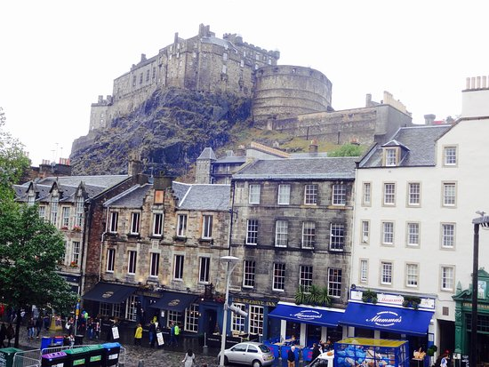Apex Grassmarket Hotel: The view of the castle from our window!