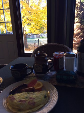 Inn at Lake Joseph: Fresh made-to-order omelettes for breakfast!