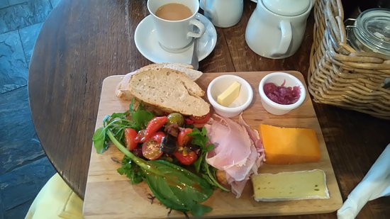 Newport -Trefdraeth, UK: My ham and cheese platter, the salad and dressing were amazing