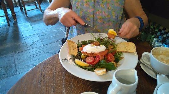Newport -Trefdraeth, UK: Smoked salmon and poached egg salad