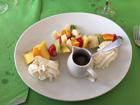 Mery sur Oise, France : Brochette de fruits