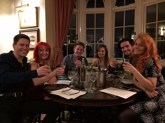 Аксбридж, UK: 'Happy Birthday' toast!