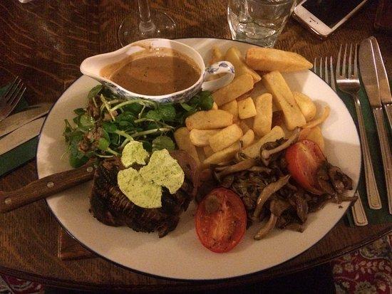 Аксбридж, UK: Steak with peppercorn sauce (served bleu)